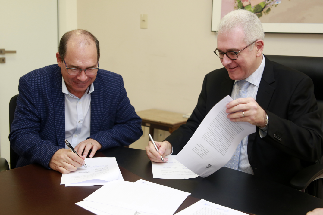 Domingos Campos (left) and Emanuel Tourinho signing the new collaboration between Hydro and UFPA.